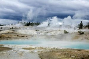 yellowstone-rangers-suspend-search-for-hot-springs-victim
