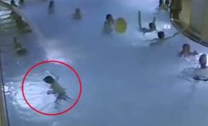 El niño pataleaba y agitaba los brazos, sin conseguir mantenerse a flote Foto Daily Mail