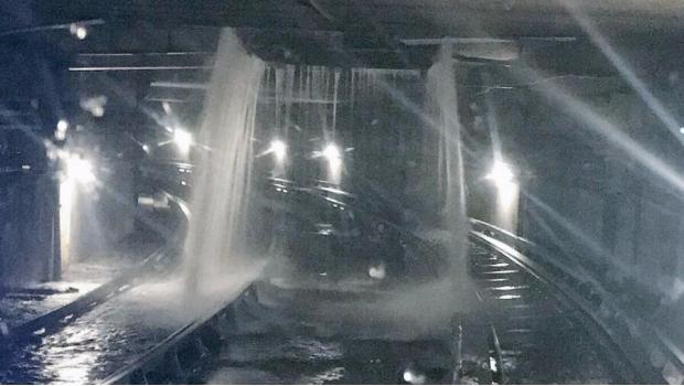 Las fuertes lluvias inundaron los túneles del metro en CDMX