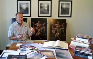 Martin Kober posa con The Mike y copias hechas a esta obra perdida del Maestro del Renacimiento Miguel Angel